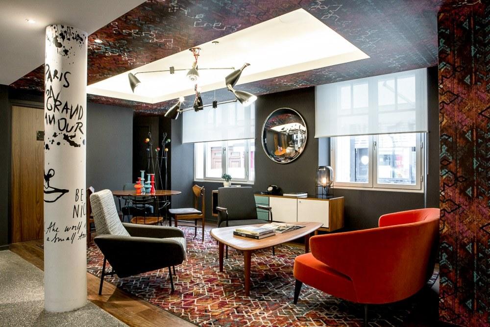 lumières au plafond, tabourets de bar, impression moyen et grand format, aménagement d'hôtel